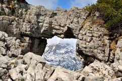Arco roccioso in montagne Fotografia Stock