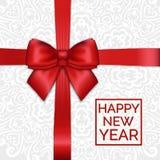 Arco rojo brillante de la cinta de satén del Año Nuevo del día de fiesta en de encaje blanco Fotografía de archivo