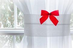 Arco rojo de la Navidad en blanco con la ilustración Imagen de archivo