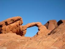 Arco rojo de la roca en barranca del desierto fotos de archivo libres de regalías
