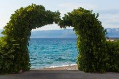 Arco romántico de la planta en la playa del mar adriático imágenes de archivo libres de regalías