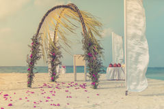 Arco romântico bonito do casamento na praia fotografia de stock royalty free