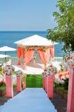 Arco rosado de la boda cerca del mar Fotos de archivo libres de regalías