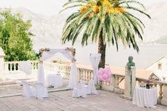 Arco rosado de la boda con las flores Foto de archivo