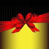 Arco rosso del nastro del regalo su oro e su priorità bassa nera Fotografia Stock Libera da Diritti