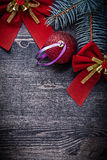 Arco rosso di Natale con il ramo del pino della bagattella delle campane Fotografia Stock