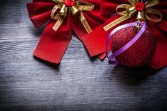 Arco rosso di Natale con le feste della bagattella delle campane Immagini Stock