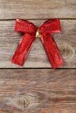 Arco rosso sui precedenti di legno grigi Fotografia Stock Libera da Diritti
