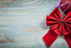 Arco rotondo del giocattolo di Natale rosso sul concetto di feste del bordo di legno Fotografie Stock Libere da Diritti