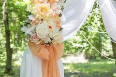 Arco simple pero hermoso y romántico de la boda adornado con la Florida Imagen de archivo libre de regalías