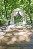 Arco simple pero hermoso y romántico de la boda adornado con la Florida Fotos de archivo