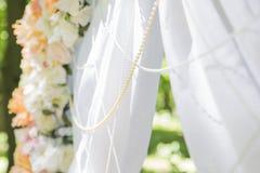 Arco simple pero hermoso y romántico de la boda adornado con la Florida Imagen de archivo