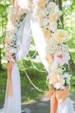 Arco simple pero hermoso y romántico de la boda adornado con la Florida Imagenes de archivo