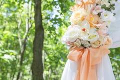 Arco simple pero hermoso y romántico de la boda adornado con la Florida Foto de archivo libre de regalías