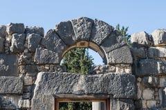 Arco sobre a entrada central do interior das ruínas do Sinagogue grande do período Talmudic no parque nacional do am do ` da barr imagens de stock royalty free