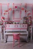 Arco sobre piano Imagen de archivo libre de regalías