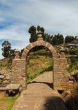 Arco tradicional de la roca en la isla de Taquile, en el lago Titicaca Foto de archivo