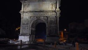 Arco Traiano con nieve en la noche almacen de metraje de vídeo