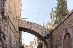 Arco a través de la calle en la entrada a la iglesia de la condenación y de la imposición de la cruz cerca de Lion Gate en Jerusa imágenes de archivo libres de regalías