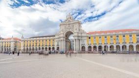 Arco trionfale a Rua Augusta al hyperlapse quadrato del timelapse di commercio a Lisbona, Portogallo stock footage