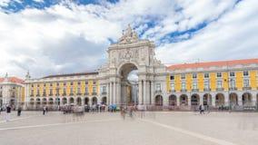 Arco trionfale a Rua Augusta al hyperlapse quadrato del timelapse di commercio a Lisbona, Portogallo video d archivio