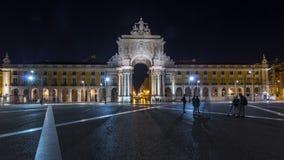 Arco trionfale a Rua Augusta al hyperlapse quadrato del timelapse di notte di commercio a Lisbona, Portogallo video d archivio