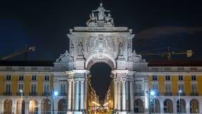 Arco trionfale a Rua Augusta al timelapse quadrato di notte di commercio a Lisbona, Portogallo stock footage