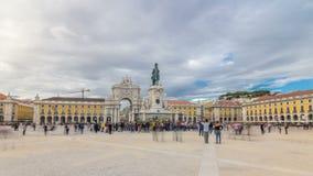 Arco trionfale a Rua Augusta e statua bronzea di re Jose I al hyperlapse quadrato del timelapse di commercio a Lisbona stock footage
