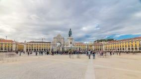 Arco trionfale a Rua Augusta e statua bronzea di re Jose I al hyperlapse quadrato del timelapse di commercio a Lisbona video d archivio