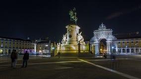 Arco trionfale a Rua Augusta e statua bronzea di re Jose I al hyperlapse quadrato del timelapse di notte di commercio a Lisbona stock footage