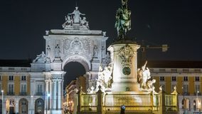 Arco trionfale a Rua Augusta e statua bronzea di re Jose I al timelapse quadrato di notte di commercio a Lisbona, Portogallo archivi video