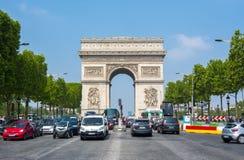 Arco triunfal Arc de Triomphe e avenida de Elysee dos campeões, Paris, França Foto de Stock Royalty Free