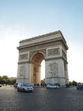 Arco triunfal con la calle en PARÍS FRANCIA Fotos de archivo