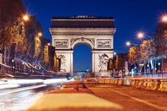 Arco triunfal da estrela na noite imagens de stock royalty free