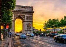 Arco triunfal de Paris Arc de Triomphe nas rachaduras Elysees no por do sol, Paris Imagens de Stock