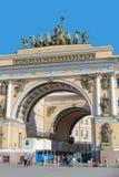 Arco triunfal del edificio del estado mayor general en StPetersburg Fotografía de archivo