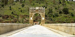 Arco triunfal em uma ponte romana Fotografia de Stock