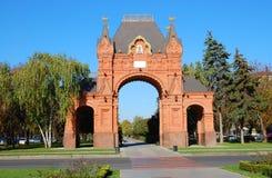 Arco triunfal en el parque de la ciudad Imagenes de archivo