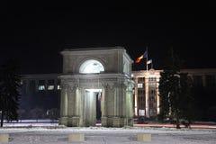 Arco triunfal en la noche, Kishinev Chisinau el Moldavia foto de archivo