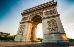 Arco triunfal na extremidade da rua de Champs-Elysees antes do por do sol fotografia de stock