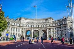 Arco turístico en el extremo de la alameda, Londres, Reino Unido del Ministerio de marina que visita foto de archivo