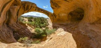 Arco uranio in Moab, Utah Panorama sia all'interno che all'esterno dell'area delle caverne Immagine Stock Libera da Diritti