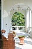 Arco vazio do jardim exterior de madeira moderno branco da casa do projeto do patamar imagens de stock