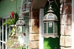 Arco velho do tijolo de Rusty Front Porch Light Hanging On fotografia de stock royalty free
