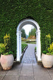Arco y camino del jardín foto de archivo