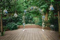 Arco y decoración para una ceremonia de boda Imágenes de archivo libres de regalías