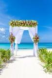 Arco y disposición en la playa, boda al aire libre tropical de la boda Fotos de archivo libres de regalías