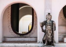 Arco y estatua china en Wat Phra Pathom Chedi Foto de archivo libre de regalías