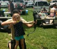 Arco y flecha de la muchacha Foto de archivo libre de regalías