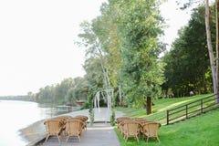 Arco y sillas nupciales naturales del abedul en parque Imágenes de archivo libres de regalías